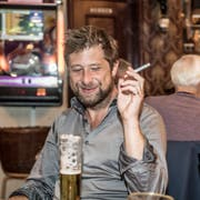 Der Autor erfreut sich an der Musikauswahl, die die Jukebox im Hintergrund bietet.(Bild: Nadia Schärli, Luzern, 1. Oktober 2019)