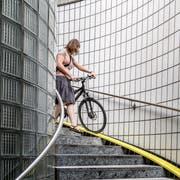 Für Velofahrer – und auch für Fussgänger – ist der Abgang zum Velotunnel auf der Seite Zentralstrasse unbefriedigend. (Bild: Nadia Schärli, Luzern 1. Juli 2019)