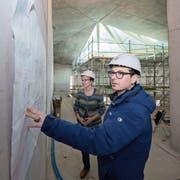 Betriebsleiterin Theres Meierhofer und deren Stellvertreter Reto Christen nehmen auf der Baustelle einen Augenschein. (Bilder: Eveline Beerkircher (Engelberg, 13. Februar 2019))