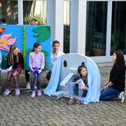 Am Informationsanlass zeigen die Schüler ihre kreativen Möbel wie den Elefantentisch. (Bild: Werner Lenzin)