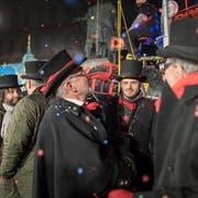 Sie sind schon alle in der Föbü-Zunft: Frank Riklin (ganz link), Walter Eggenberger (mitte) und Tranquillo Barnetta (zweiter von rechts) am Föbü-Verschuss 2018 beim Vadian-Denkmal. (Bild: Michel Canonica)