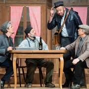 Eine Szene aus dem Stück «D'Junggselle-Stüür» der Theater Fründa Gettnau. Von links: Roli Vogel, Willi Bättig, Markus Bucher und Sepp Krähenbühl. (Bild: Eveline Beerkircher, 13. März 2019)