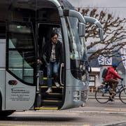 Cars, die auf dem Schwanenplatz in Luzern anhalten, sollen nach dem Willen des Stadtrats künftig eine Gebühr zahlen müssen. (Bild: Nadia Schärli, 15. März 2019)