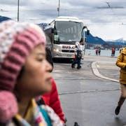 Touristen beim Carparkplatz am Schwanenplatz. (Bild: Nadia Schärli, Zug, 15. März 2019)