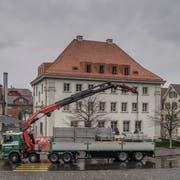 Das abgebaute Gerüst wird zum Abtransport aufgeladen. (Bild: Pius Amrein, Stans, 7. März 2019.)