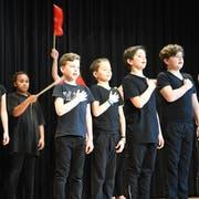 Die Theater-Kinder beim Rütli-Schwur. (Bild: Rita Kohn)