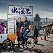 André Bachmann und Philippe Stutz (links) von der IG Weltoffenes Luzern auf dem Velo mit integriertem Briefkasten am Rathausquai. (Bild: Pius Amrein, Luzern, 1. April 2019)