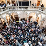 Die ersten Ergebnisse der Luzerner Kantonsratswahlen vom 31. März 2019 werden im Lichthof des Regierungsgebäudes bekannt. (Bild: Keystone/Urs Flüeler)