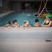 Kinder im Schwimmunterricht im sanierungsbedürftigen Hallenbad Rosenau. (Bild: Benjamin Manser, 13.Dezember 2017)