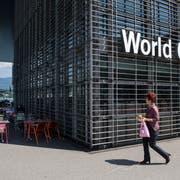 Das World Café beim KKL in Luzern. An der Nordfassade links, wo Stühle und Tische stehen, soll es zusätzliche Ein- und Ausgänge geben. (Bild: Eveline Beerkircher, Luzern, 23. Mai 2019)