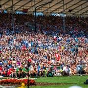 Zuschaue machen am Eidgenössischen Schwing & Älplerfest in Estavayer die Welle. (Bild: Roger Grütter, Estavayer, 27. August 2016)