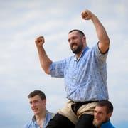 Der Toggenburger Daniel Bösch gewinnt den Schlussgang gegen den Toggenburger Damian Ott und lässt sich feiern. (Bild: KEYSTONE/Gian Ehrenzeller)