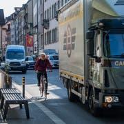 Der Löwengraben in der Luzerner Altstadt ist neu eine Begegnungszone. Dennoch herrscht hier zeitweise immer noch reger Autoverkehr. (Bild: Eveline Beerkircher, 23. Mai 2019)