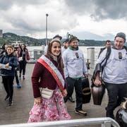 Die Gastregion Weggis Vitznau Rigi bei der Ankunft in Luzern mit dem Nauen «Max», angeführt von der Rosenkönigin Fabien Joller. (Bild: Nadia Schärli, Luzern, 4. Mai 2019 )
