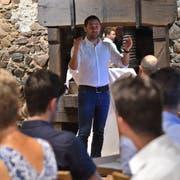 Stadtpräsident Gabriel Macedo spricht vor den Mitgliedern des Gewerbevereins im Mostkeller des Schlosses Hagenwil. (Bild: Manuel Nagel)