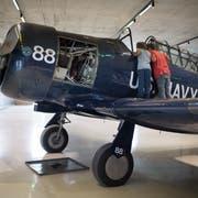 Zwei Kinder schauen ins Cockpit der flugbereiten North American AT-6 im Neubau des FFA-Museums. (Bild: Benjamin Manser)