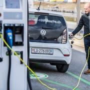 Im Kanton Luzern (hier bei der Raststätte Neuenkirch) soll es noch mehr Ladestation für Elektroautos geben. (Bild: Nadia Schärli, 26. Februar 2018)