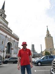 Der Grüne Kantonsrat Didi Feuerle steht zwischen dem Kasaner Bahnhof und dem Hotel «Leningradskaja», eins der sieben Moskauer Hochhäuser im stalinistischen Zuckerbäckerstil. (Bild: Manuel Nagel)