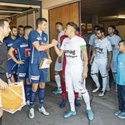FCL-Captain Pascal Schürpf (links) begrüsst vor dem Cupspiel Kreuzlingens Andrea Patelli. Bild: Enneo Leanza/KEY (Kreuzlingen, 18. August 2019)