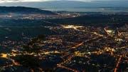 Amerikanisch anmutende Agglomeration im Rheintal: nächtlicher Blick vom Karren auf Dornbirn, die grösste Stadt Vorarlbergs. (Bild: Imago