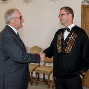 Alois Bissig gratuliert dem wiedergewählten Nationalrat Peter Keller (rechts) zur Wahl. Links Ständerat Hans Wicki. (Bild: Martin Uebelhart, Stans, 20. Oktober 2019)