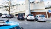 Die 32 Parkplätze direkt vor dem Frauenfelder Hallenbad sind begehrt. (Bild: Andrea Stalder)