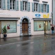 Im Altdorfer Dorfkern sind derzeit viele Schaufenster und Auslagen mit Papier verhüllt. (Bild: Angel Sanchez)