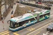 """Möglicherweise fährt ein solcher Batterie-Trolleybus in zwei Jahren auf den Strassen der Stadt St.Gallen: Die VBSG haben Anfang Jahr einen """"Swisstrolley plus"""" der Verkehrsbetriebe Zürich getestet. In den kommenden Wochen schreiben sie die Beschaffung der Busse aus. (Bild: Hanspeter Schiess/6. Februar 2018)"""