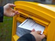 Briefliche Stimmabgabe per Briefpost: Das Abstimmungscouvert kann bis Freitag vor dem Urnengang vom 30. Juni per Post ins St.Galler Rathaus zurückgeschickt werden. (Bild: Gaetan Bally/KEY - 23. November 2011)
