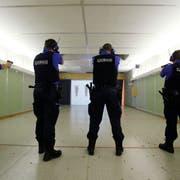Vier Mal pro Jahr absolvieren die Obwaldner Polizisten ein internes Schiesstraining. (Symbolbild: Stefan Kaiser)