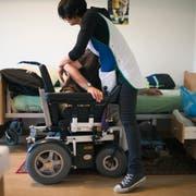 Eine Spitex-Mitarbeiterin im Einsatz: Für die Pflege daheim sollen Krankenkassen weniger bezahlen. (KEYSTONE/Gaetan Bally)
