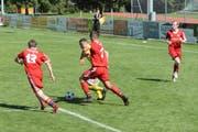 Es geht schnell in der 3. Liga. Nach der Niederlage gegen Tobel stecken die Bütschwiler (in Rot) wieder mitten im Abstiegskampf. (Bild: Beat Lanzendorfer)