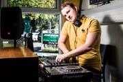 Dominic Holzer legt als DJ Woodwell Musik auf.