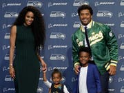 Quarterback Russell Wilson mit seiner Frau Ciara, Tochter Sienna und Ciaras Sohn Future. (Bild: AP Photo/Ted S. Warren)