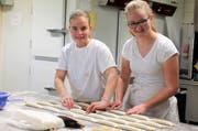 Eliane Metzger, Lernende bei der Bäckerei Niffeler (links), und Selina Schlegel, Auszubildende bei der Raiffeisenbank, haben die Inhalte der Lehrstellentausch-Woche selbstständig festgelegt. (Bild: Andrea Häusler)