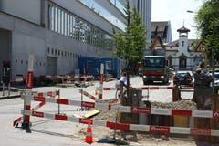 Lochen auf der Veloroute: Vor dem Polizeiposten Vadianstrasse 57 sind Kanalarbeiten im Gang,...