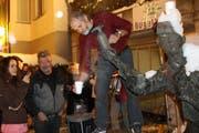 Das fasnächtlich Wunder am Johann-Linder-Brunnen hat bereits Tradition. (Bild: Reto Voneschen - 8.2.2013)
