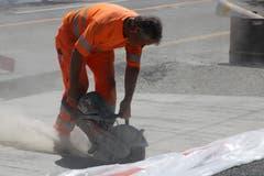 Staub und Lärm beim Fräsen auf der neu erstellten Betonplatte der Bushaltestelle Neudorf. (Bild: Reto Voneschen)