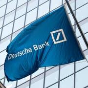 Eine Flagge der Deutschen Bank vor deren Gebäude an der New Yorker Wall Street. (Bild: Mark Lennihan/AP, 7. Oktober 2016)