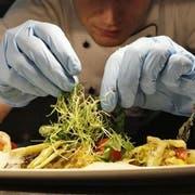 Die hohe Kunst des Kochens und Anrichtens: In der Zentralschweiz in zahlreichen Restaurants gepflegt. (AP Photo/Miguel Villagran)