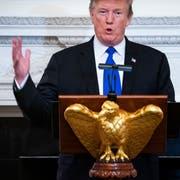 US-Präsident Donald Trump kündigt im Weissen Haus an, die Strafzölle gegen China vorerst doch nicht drastisch zu erhöhen. (Bild: Jim Lo Scalzo/EPA, 25. Februar 2019)
