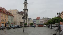 Der zentrale Marktplatz von Ząbkowice Śląskie. Das Städtchen ist Zentrum einer eher strukturschwachen Gegend und zählt etwas mehr als 15000 Einwohner.