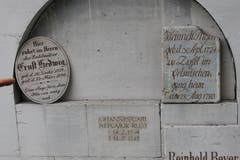 Alte deutsche Grabsteine in einer Aussenwand-Nische der Dorfkirche in Brodziszów.