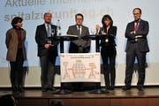 Die Mitglieder des Lenkungsausschusses vor der Zeichnung, die eines der zentralen Anliegen des Flawiler Spitalpersonals aufzeigt: Yvonne Biri Massler, Felix Sennhauser, Benedikt Würth, Heidi Hanselmann und Marc Mächler (von links).