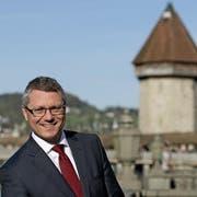 Der Adligenswiler SP-Regierungsratskandidat Jörg Meyer vor der Kapellbrücke in Luzern. (Bild: Corinne Glanzmann, 18. April 2018)