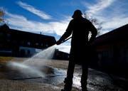 Weil der Regen weiterhin ausbleibt, sollte in Menzingen der Schlauch nur noch dann gebraucht werden,wenn es wirklich nötig ist (Symbolbild). (Bild: Stefan Kaiser)