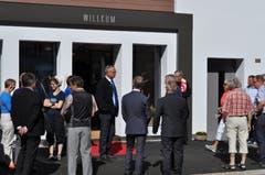 Geduldig warten die Gäste auf den Einlass ins neue Gemeindehaus.