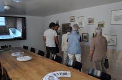 Das neue Sitzungszimmer des Gemeinderates mit grossem Bildschirm und Bildern.