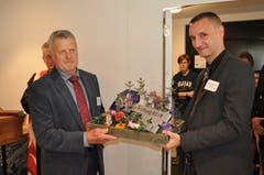 Gemeindepräsident Albert Amgarten überreicht dem Gemeindeschreiber Adrian Truttmann (rechts) den symbolischen Schlüssel.