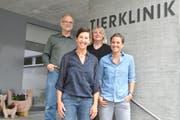 Die Inhaber der Tierklinik Nesslau, Daniel und Carla Leutenegger (hinten) und die beiden Grosstierärztinnen Sabine Sprenger (links) und Myriam Klopfstein. (Bild: Sabine Camedda)